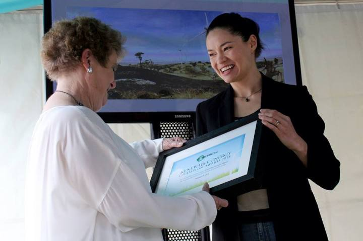 Cr Gwenda Allgood receiving the Renewable Energy Champion award from Tanya Ha at Melbourne Sustainable Living Festival.